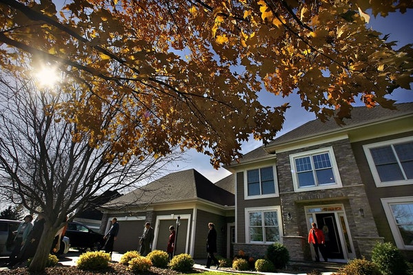 JIM GEHRZ � jgehrz@startribune.comWoodbury/October 27, 2009/12:30 PMRealestate agnets from Edina Realty left a home in Woodbury, one of eight new pr