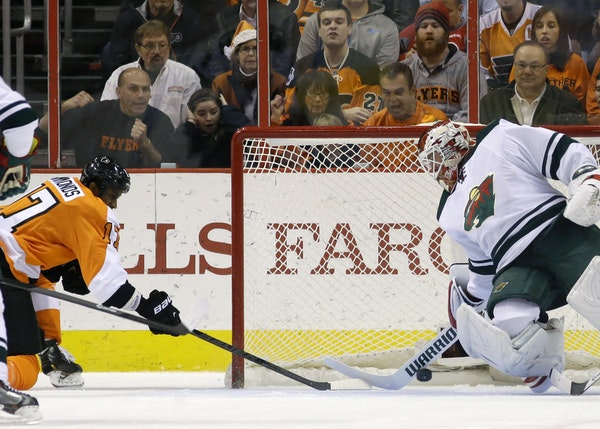 The Flyers' Wayne Simmonds beat Niklas Backstrom during the first period, giving Philadephia a 2-0 advantage.