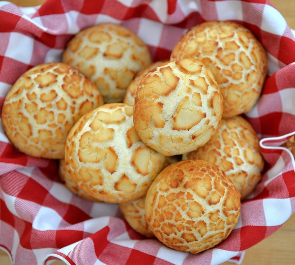 Hamburger buns are a golden brown with a crackled, mottled top. ] (SPECIAL TO THE STAR TRIBUNE/BRE McGEE)
