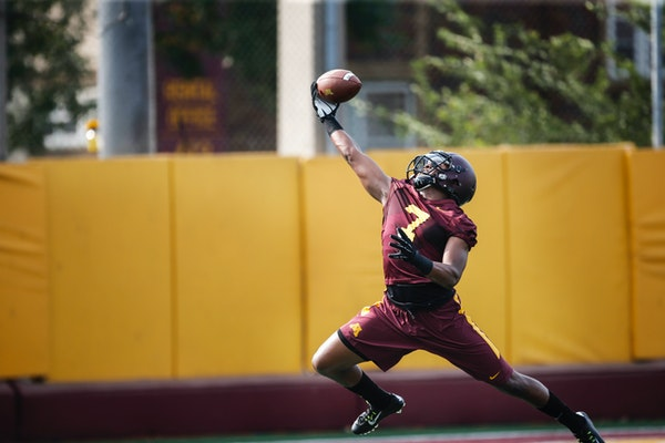Damarius Travis (7) made a one-handed grab during a catching drill Friday, Aug. 1, 2014, at the Gibson-Nagurski complex