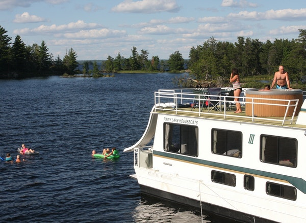 While moored on Harbor Island East on our first night, some of our houseboating group relaxed in the hot tub on the top deck. Others chose the chillie