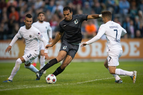 Minnesota United FC's Pablo Campos, center, controlled the ball between Jacksonville Armada FC's Lucas Trejo (3) and Lucas Rodriguez (7) during the se