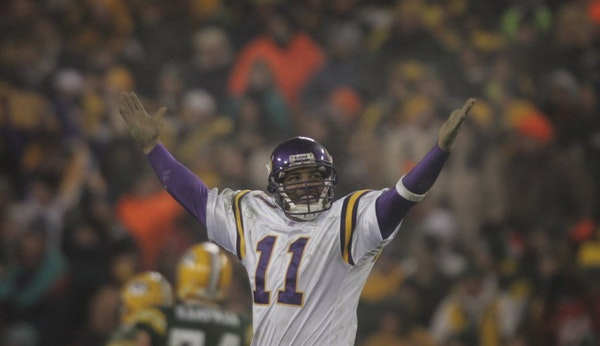 Daunte Culpepper celebrates in the fourth quarter after throwing a touchdown pass to Randy Moss against the Packers in 2005 NFC Wild Card playoff acti