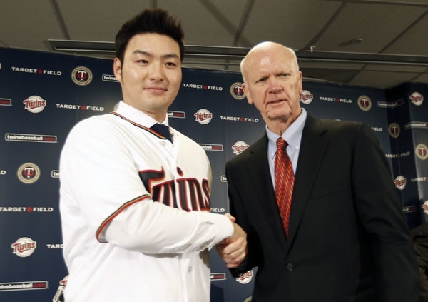 Byung Ho Park, left, of South Korea, poses with Minnesota Twins general manager Terry Ryan after Park met the media, Wednesday, Dec. 2, 2015, in Minne