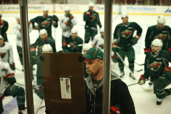Minnesota Wild head coach Mike Yeo diagramed a drill for his players during practice in Chicago last season.