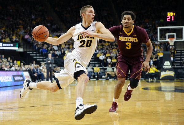 Iowa forward Jarrod Uthoff drove to the basket past Gophers forward Jordan Murphy during the first half Sunday in Iowa City.