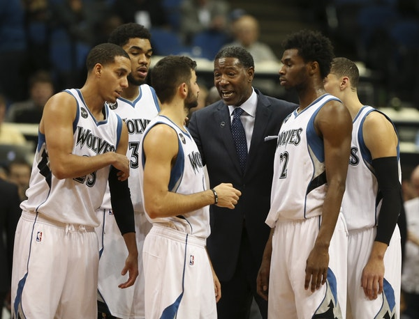 Sam Mitchell talked to his players during the final timeout of a game earlier this season.