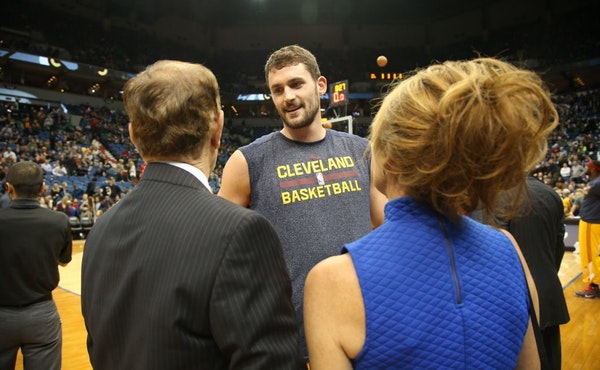 Cavaliers Kevin Love chatted with Timberwolves owner Glen Taylor and wife Becky Mulvihill in 2015.