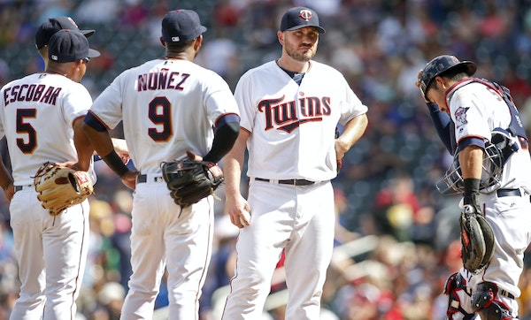 Minnesota Twins relief pitcher Kevin Jepsen, second from the right, awaits the manager to relinquish the ball against the Tampa Bay Rays in the ninth