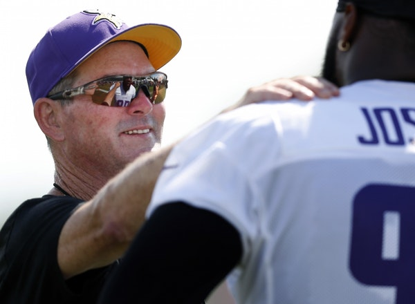 Minnesota Vikings head coach Mike Zimmer spoke with Linval Joseph during Saturday's afternoon practice.