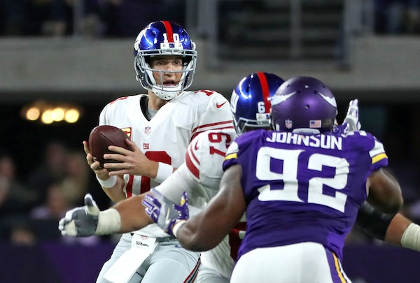 Giants QB Eli Manning looks for an open reciever in the 2nd quarter.