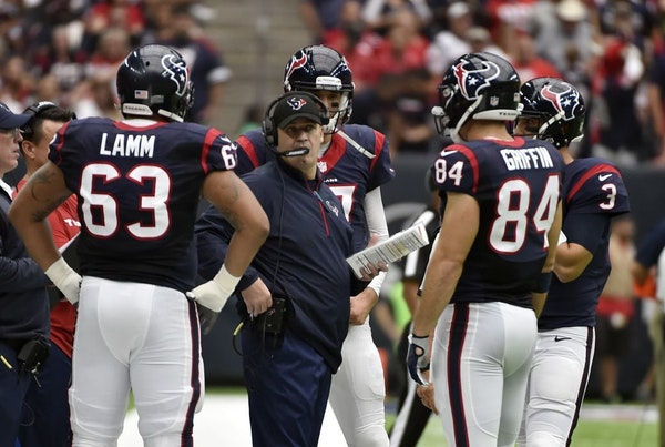 Houston Texans head coach Bill O'Brien, center, talks with players during the first half of an NFL football game, Sunday, Oct.2,2016, in Houston.