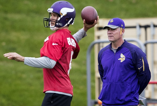 """Interim coordinator Pat Shurmur, right, inherits the NFL's 31st-ranked offense from Norv Turner — and lots of fans' """"advice."""""""