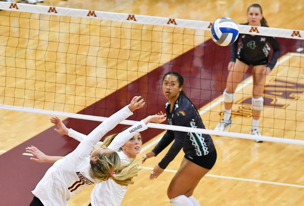 The Gophers' Samantha Seliger-Swenson and Molly Lohman followed the ball against Hawaii on Saturday night.