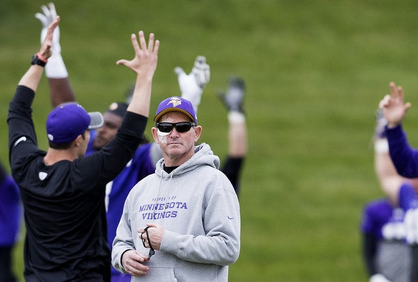 Minnesota Vikings head coach Mike Zimmer, donning sunglasses after eye surgery last month.
