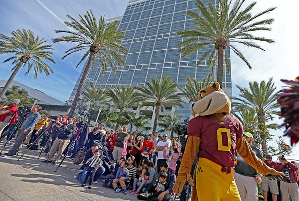 Goldy Gopher cheered with the Minnesota cheerleaders beneath palm trees during a battle of the bands event at the team hotel Monday in San Diego.