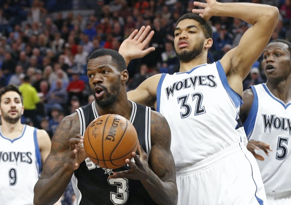 Center Karl-Anthony Towns (32) led a late Wolves charge Tuesday, but San Antonio scored the final eight points to win 100-93.