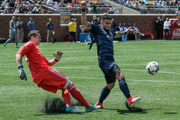 Sporting Kansas City forward Dom Dwyer, right, attempted to block a kick by Minnesota United goalkeeper Bobby Shuttleworth on Sunday. Shuttleworth did
