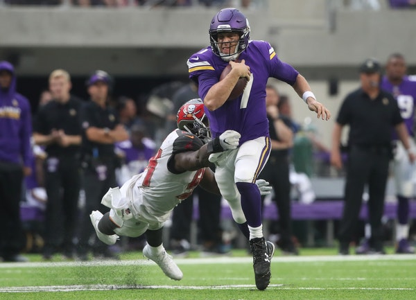 Minnesota Vikings quarterback Case Keenum (7) picked up a first down as Tampa Bay Buccaneers outside linebacker Lavonte David (54) missed a tackle in