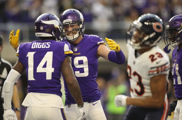 Adam Thielen reached to congratulate Stefon Diggs after he made a 15 yard touchdown catch against the Bears.