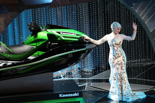"""Helen Mirren presents a jet ski prize in a """"Price Is Right"""" style, which Jimmy Kimmel said would be awarded to whoever gives the shortest speech, duri"""