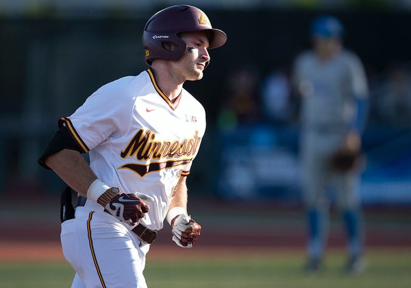 Toby Hanson (20) rounded the bases after hitting a three-run home run in the second inning of Sunday's 13-8 victory over UCLA.