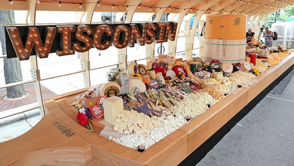 'Oh Gouda,' giant Wis. cheeseboard sets world record