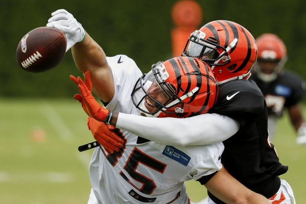Cincinnati Bengals tight end Tyler Eifert, left, reaches for a pass against safety George Iloka, right, on a play during a training camp practice.