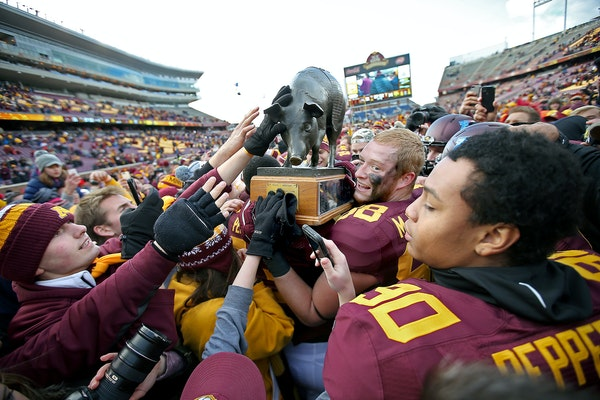 """Minnesota tight end Maxx Williams (88), center, celebrated with the """"Floyd of Rosedale,"""" trophy after the Gophers defeated Iowa in 2014. That's the la"""