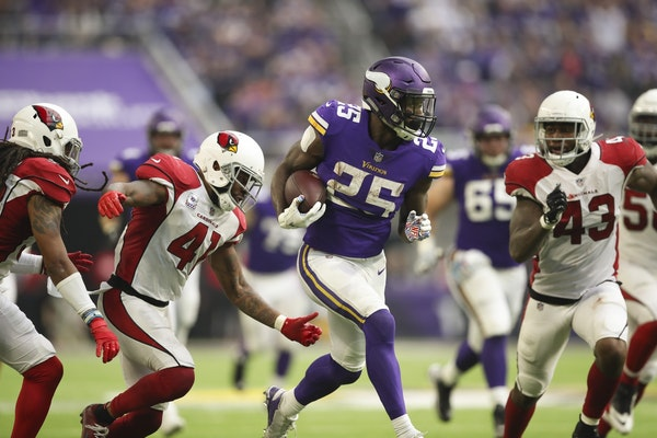 Minnesota Vikings running back Latavius Murray (25) broke for a 34 yard run in the third quarter that set up a touchdown by quarterback Kirk Cousins.
