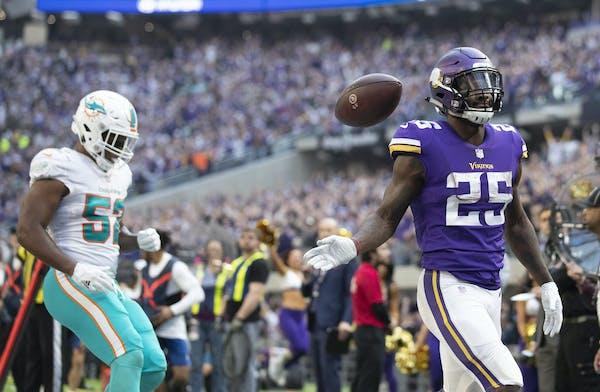 Minnesota Vikings running back Latavius Murray (25) celebrated after scoring a 18-yard touchdown run in the second quarter at U.S. Bank Stadium Sunday