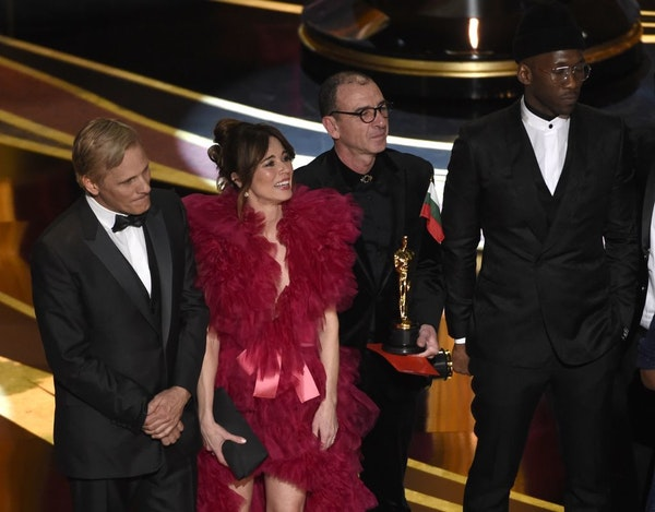 """Viggo Mortensen, from left, Linda Cardellini, Dimiter Marinov and Mahershala Ali accept the award for best picture for """"Green Book"""" at the Oscars on S"""