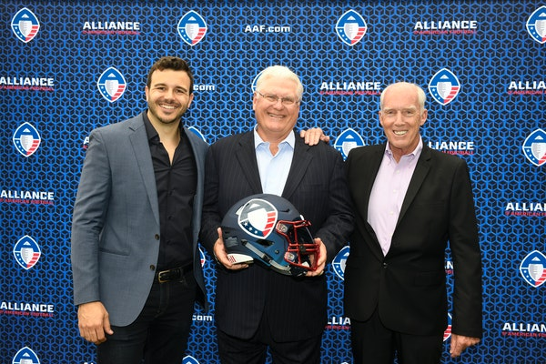 San Diego Fleet head coach Mike Martz, center, poses for photos with Alliance of American Football CEO and co-founder Charlie Ebersol, left, and head
