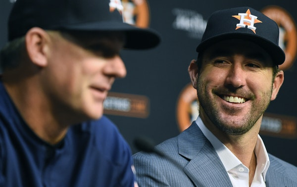 Justin Verlander smiled with Houston manager A.J. Hinch in September 2017, days after the Astros acquired him from Detroit.