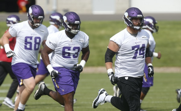 Danny Isidora (63) and teammates jogged to a drill during Vikings training camp in 2018.