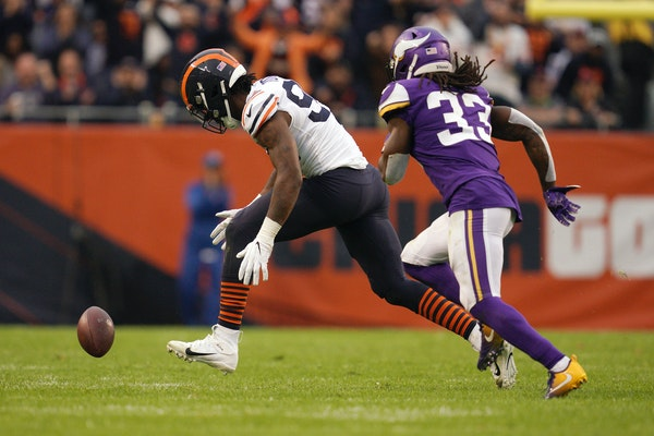 Bears linebacker Leonard Floyd went after a fumble in front of Vikings running back Dalvin Cook during one of the Vikings' failures on grass this seas