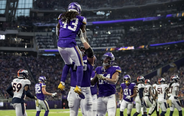 Dalvin Cook (33) celebrated after scoring a touchdown in the fourth quarter.