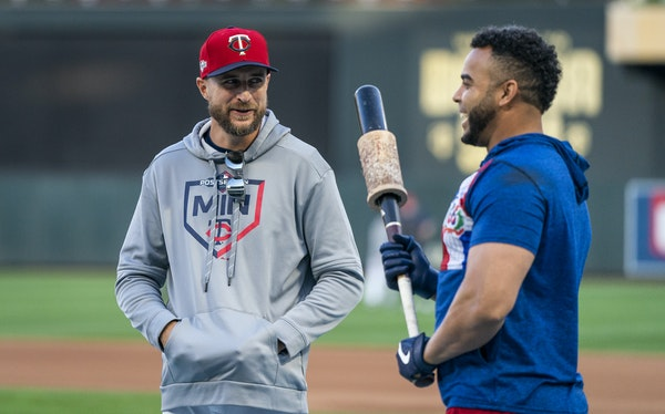 Rocco Baldelli talked with Twins designated hitter Nelson Cruz, right, during the Twins' playoff series against the Yankees.