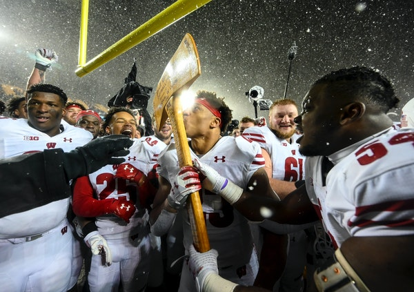 Wisconsin running back Jonathan Taylor kissed Paul Bunyan's Axe after the Badgers' 38-17 victory over the Gophers.
