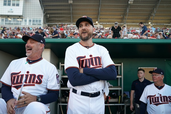 Derek Shelton, left, and Rocco Baldelli shared a laugh during spring training in Fort Myers in February.