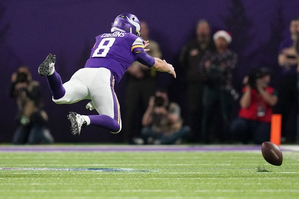 Kirk Cousins (8) dove in an unsuccessful try to catch a pass from wide receiver Stefon Diggs (14) in the second quarter.