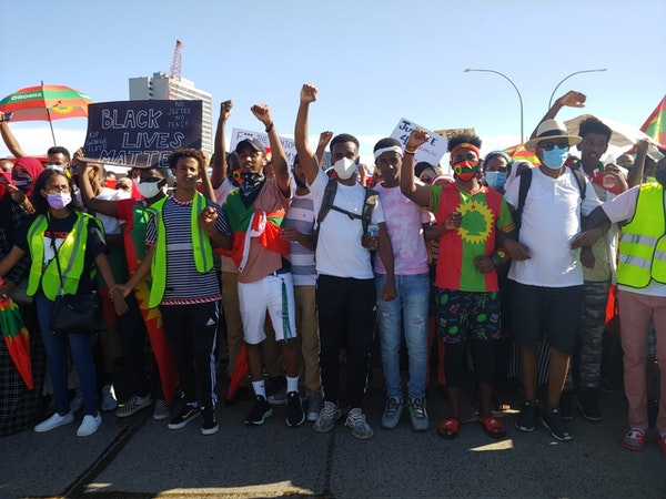 More than 1,000 people protesting the Ethiopian government's treatment of the Oromo ethnic group briefly closed down the Interstate 35W bridge Friday