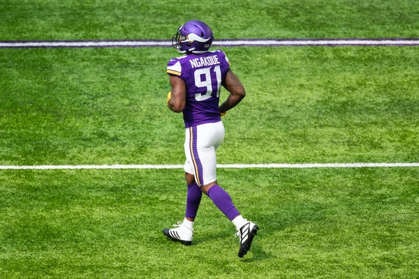 Ngakoue has quiet debut with Vikings