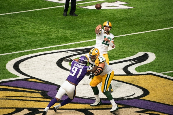 Aaron Rodgers completes a third quarter pass