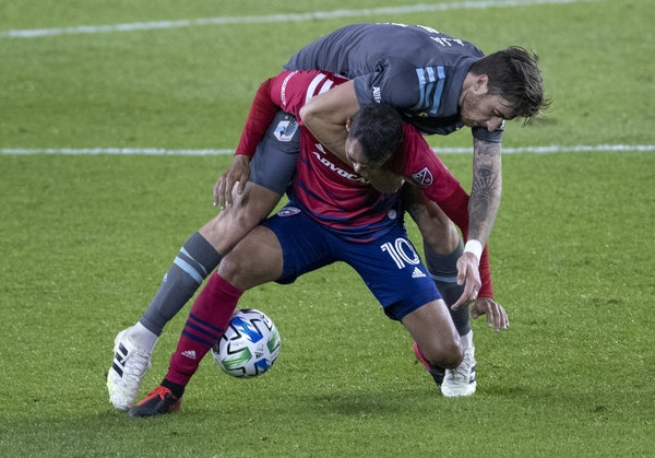 Jose Aja of the Loons and Pablo Aránguiz (10) of Dallas FC fought for the ball during Wednesday's game at Allianz Field.
