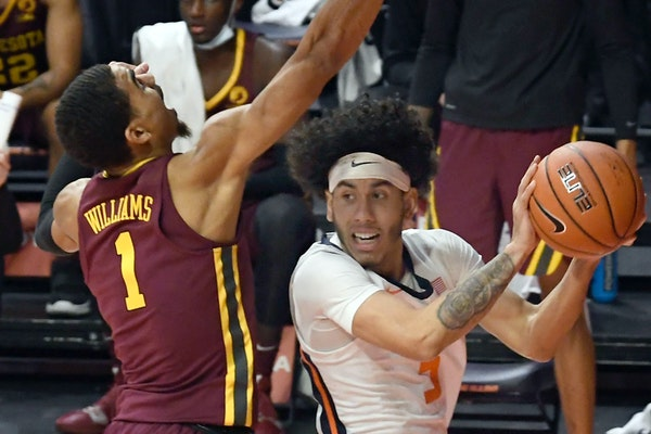 Illinois guard Andre Curbelo tried to get past Gophers guard Tre' Williams in the first half Tuesday night.