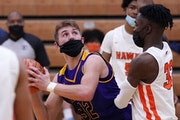 Chaska forward Spencer Goetz (32) eyed the basket as Robbinsdale's David Osayameh (32) defended in the first half. ] ANTHONY SOUFFLE • anthony.sou
