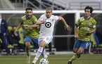 Minnesota United midfielder Osvaldo Alonso (6) dribbled in front of Seattle midfielder Cristian Roldan, left, and midfielder Nicolas Lodeiro in the ML