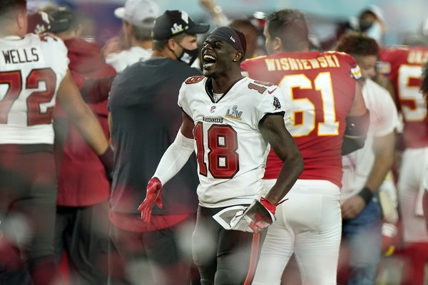 Tyler Johnson celebrated the Buccaneers' victory at the end of NFL Super Bowl LV on Sunday in Tampa, Fla. The Bucs defeated the Chiefs 31-9.
