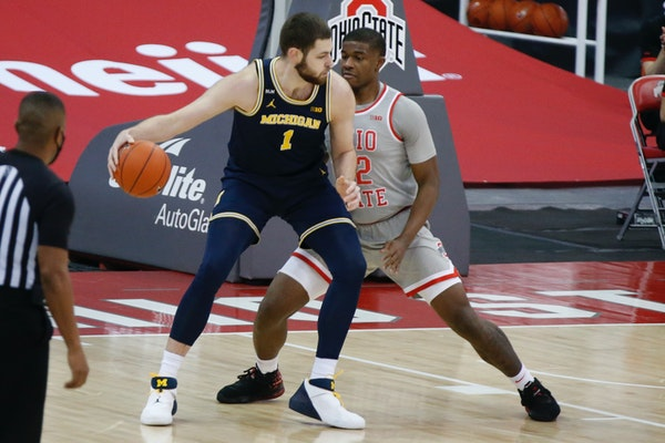Michigan's Hunter Dickinson posted up against Ohio State's E.J. Liddell during the first half Sunday.